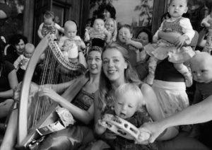 AMSTERDAM,Babymonumentenconcert aan de herengracht 572,Heren aan de Gracht,Caroline Erkens,Sopraan en Anne Nydam Koene,harp,gaven  vanmorgen een meezingconcert  voor baby's ,vaders,en moeders,opa's en oma's Klassiekers uit de nederlandse kinderliedjesliteratuur,in het kader van het grachtenconcert,tav:de stad.red.fotos Richard Mouw,voor meer info bij Jolanda Koopman 06-10194542